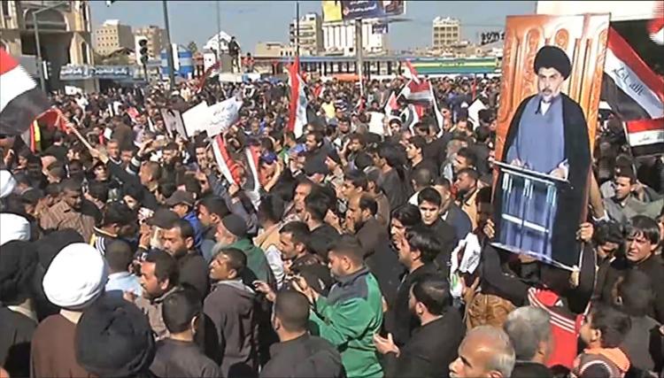 تجمع المتظاهرون وغالبيتهم من أنصار رجل الدين مقتدى الصدر في ساحة التحرير