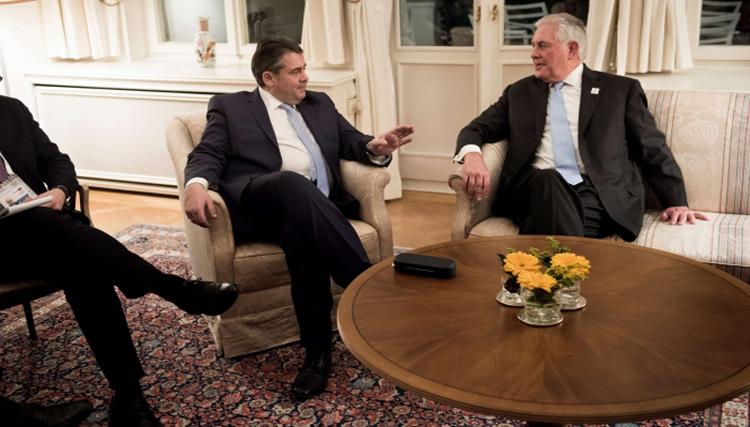 وزيرا الخارجية الأميركي والألماني في بون أمس (رويترز)