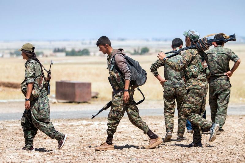 عناصر أكراد تابعين لميليشيا سوريا الديمقراطية