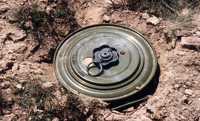 قتيل وعدة جرحى من الميليشيات الكردية الإرهابية بلغم زرعه داعش بريف دير الزور