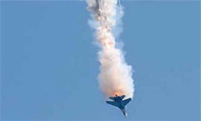 إصابة طائرة حربية لعصابات الأسد في سماء الغوطة