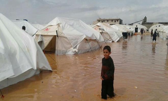 مخيمات المهجرين تغرق بسبب الأمطار الغزيرة بريفي إدلب و حلب