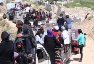 نزوح آلاف المدنيين من المناطق المنزوعة السلاح بإدلب بسبب قصف عصابات الأسد الهمجي