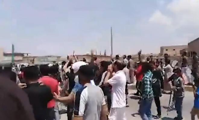 خروج مظاهرة في مدينة الطبقة تنديداً بممارسات الميليشيات الكردية الإرهابية بحق الأهالي